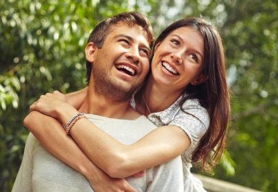 الأزواج الذين يضحكون