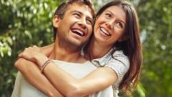 الذين يضحكون معا من الازواج يعيشون بسعادة