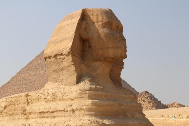علامات تآكل ثقيلة على جسد أبو الهول من العصر المطيري