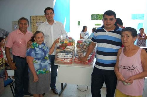 Mães de alunos da Escola Edinor Avelino recebendo cestas