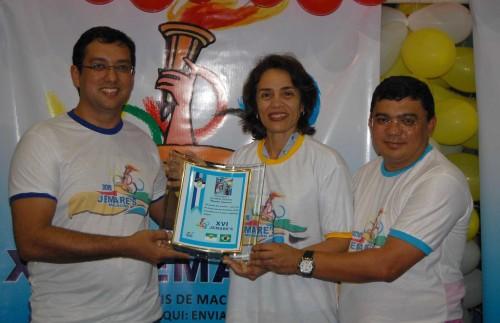 Mérito: Magnólia Figueiredo recebe homenagem das mãos do secretário de Educação Rodrigo Aladim e do Prefeito Kerginaldo Pinto