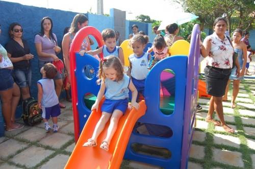 Crianças brincando no parquinho