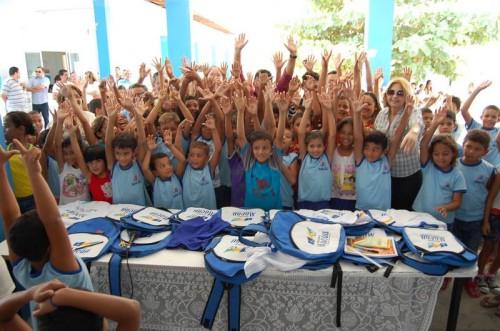 Alunos fazem festa na escola Edinor Avelino