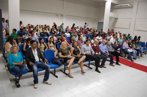 Plateia lotada com servidores, alunos e convidados na abertura da III Expotec.