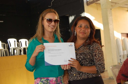 Secretária de Turismo, Sâmia Loraine entrega certificado a concluinte do curso de garçon