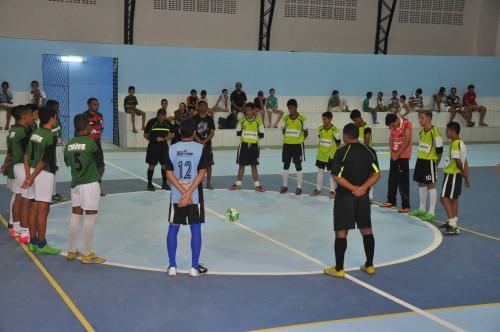 Um partida de futsal marcou a inauguração na quadra