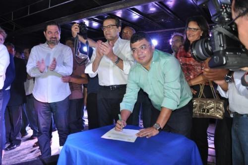 Prefeito Keginaldo no momento em que assinou a ordem de serviço para inicio da construção da UPA
