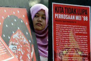 Aktivis perempuan menggelar unjuk rasa peringatan kerusuhan Mei di sekitar bundaran HI, Jakarta Pusat, Minggu (18/5/2014).