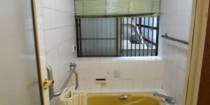 施工前は、冬は寒く段差や浴槽のまたぎに不安があった在来浴室でした。