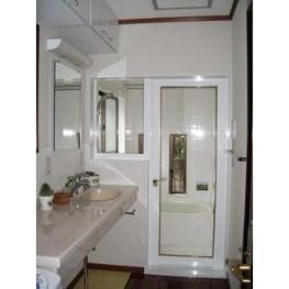 浴室ドアを透明ガラスに替え、間仕切り壁にFIX窓を取り付けました。