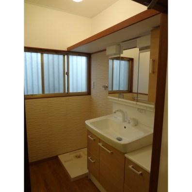 収納力たっぷりで使いやすい洗面化粧台です。 壁面に「呼吸する壁」エコカラットを貼り、湿気対策を。 床はフローリング?と見間違えてしまいますが、実は「フロアタイル」という塩ビの床材です。水に強く、お手入れ簡単でおしゃれ。