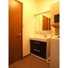 廊下とキッチンから、どちらからも洗面室に入れるようになりました。家事導線が使いやすくなり、本当に便利になったと気に入ってくださいました。