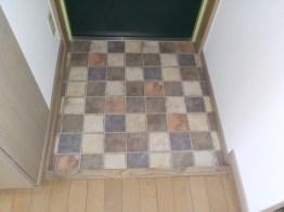 明るい柄の床材に張替えました。
