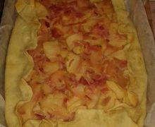 Torta salata con mele e cipolle