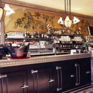 Comptoir en étain dans la pure tradition des brasseries parisiennes