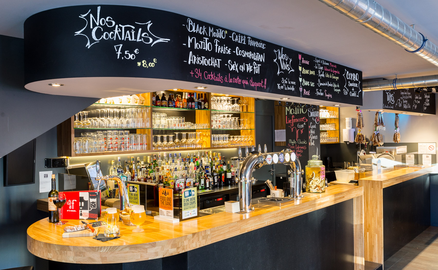 Agencement moderne et convivial pour bar connecté