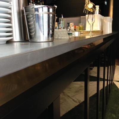 Piste de bar en étain, bande de laiton, façade laquée en noir brillant