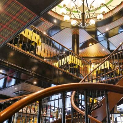 Escalier majestueux sous la coupole centrale de l'Entrecôte à Nantes