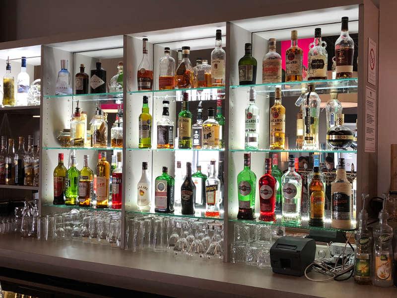 présentoir de bouteilles à l'arrière du bar, bowling dix31, Toulouse