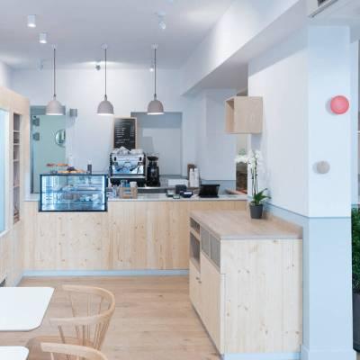 Restaurant au design scandinave avec comptoir bois et marbre de carrare