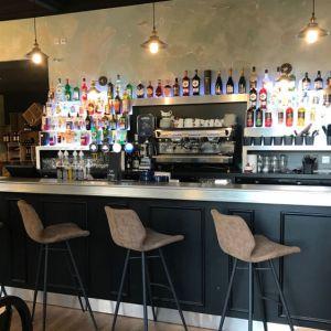 Bar Aranda-Mas avec comptoir en étain et rayonnage retro-éclairé