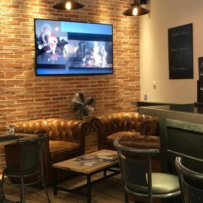 Bar brasserie avec salon cosy à côté sur bar