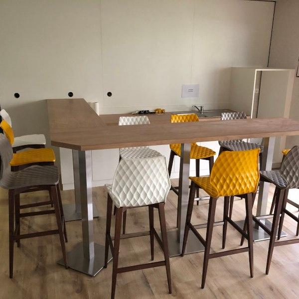 agencement de la cafeteria avec un coin cuisine et bar mange-debout