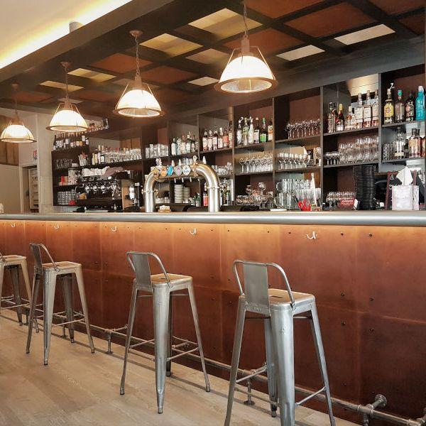 Style indus pour le bar de cette brasserie dans les Hautes-Pyrénées