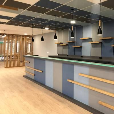 Bar moderne avec piste en verre granité rétroéclairée réalisé par Aranda-Mas