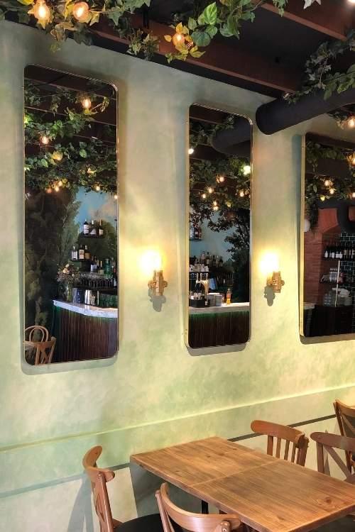 Salle de restaurant avec miroirs en laiton poli