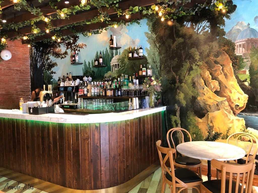 Comptoir de bar en bois et marbre de Calacatta