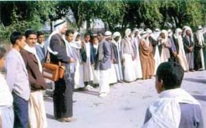 بول أولسن، بلباسة العربي في أقصى يسار الصورة، في الميدان يقوم بتسجيلات صوتية لرقصة العرضة بساحة قصر الرفاع، 1962م.