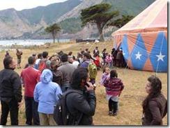 Comunidad insular celebra paso de comitiva teatral por Isla de Pascua y Juan Fernández