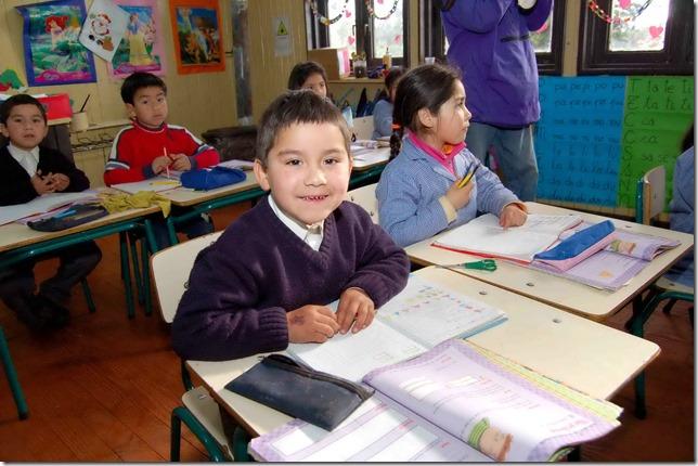 niño en sala de clases