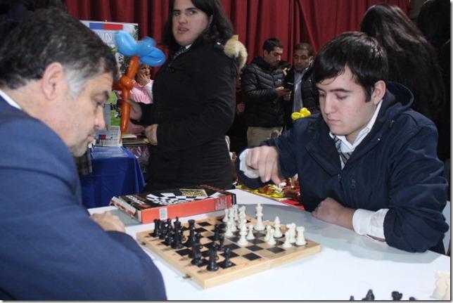 Seremi juega ajhedrez alumno Collipulli