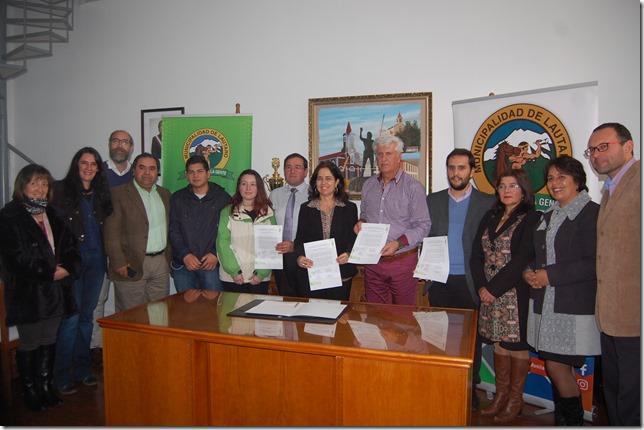 La firma de convenio se efectuó con los alcaldes y directores de los establecimientos de ambas comunas
