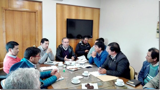 Reunión de trabajo Vialidad Araucanía con Asociación de Municipalidades con Alcalde Mapuche (2)