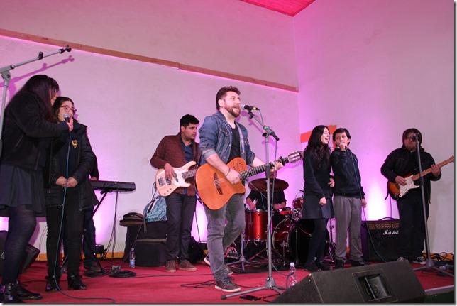 estudiantes cantan con uanjo Montecinos en Lautaro