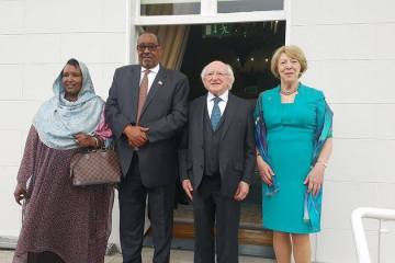 ka bilaw midig Sabina Higgins Marwada iyo Madaxweynaha Ireland,Michael D Higgins iyo Madaxweynaha Somaliland Axmed Silanyo iyo Maradiisa Aamina Weris.