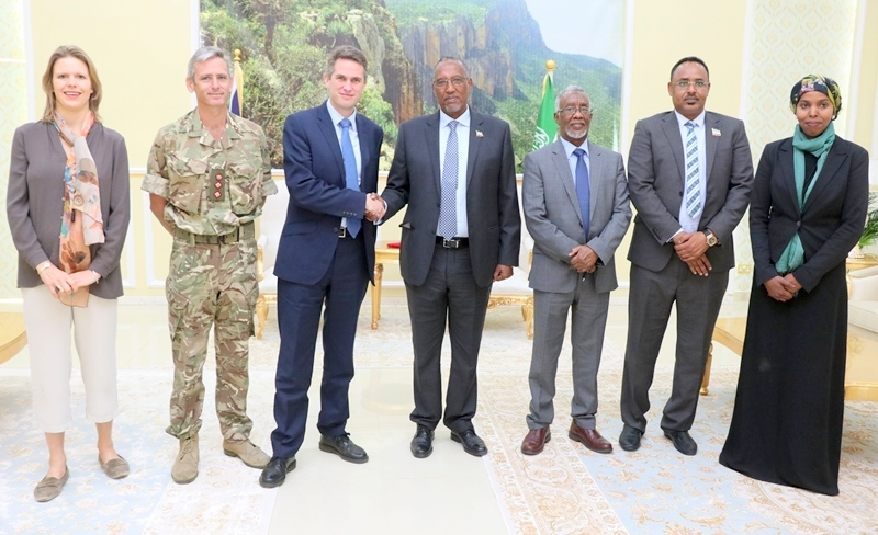 Madaxweynaha Jamhuuriyadda Somaliland Muuse Biixi Cabdi, xubno xukuumadiisa ka tirsan iyo Xoghayaha difaaca Britain Mr. Gavin  Alexander Williamson iyo saraakiil la socotay 6 January 2019.