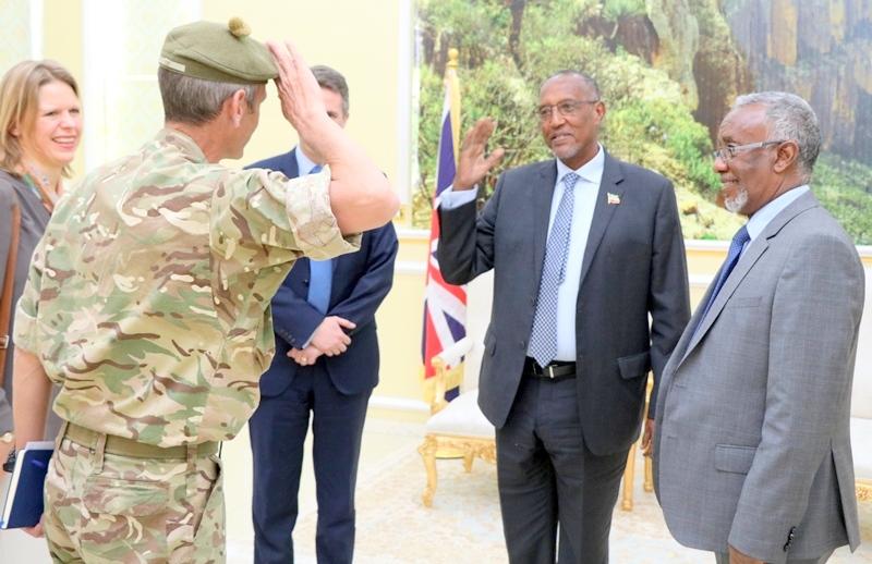Madaxweynaha Jamhuuriyadda Somaliland Muuse Biixi Cabdi oo uu salaan siinayo Sarkaal la socday Xoghayaha difaaca Britain Mr. Gavin  Alexander Williamson, 6 January 2019.
