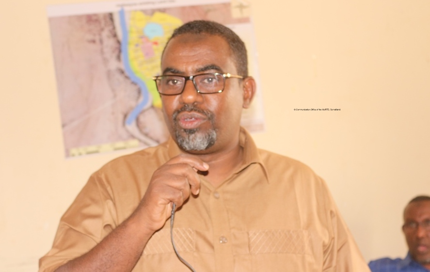 Wasiirka Gaadiidka iyio Horrumarinta Wadooyinka Somaliland Cabdullaahi Abokor Cismaan  Araweelo News Network