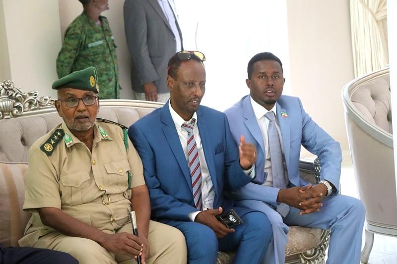 Ka Bilaw Bidix Aw libaax Taliyaha Ciidanka Asluubta Somaliland, Maxamed Cali Bile Agaasimaha Madaxtooyadda Somaliland iyo Midig Af-hayeenka Madaxweynaha Maxamuud Warsame 7 August 2019 Madaarka Hargeysa.