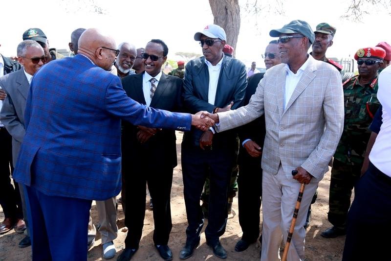 Madaxweynaha Somaliland Muuse Biixi cabdi iyo Guddoomiyaha Xisbiga Mucaaradka ee WADDANI, Cabdiraxmaan Cirro, oo ka qayb-galay aaska Marxuum Axmed-yaasiin Xaaji cabdullaahi Abu-site  28 Jan 2020,, Xabaalaha Xaraf ee Dulleedka Hargeysa. Araweelo News Network.