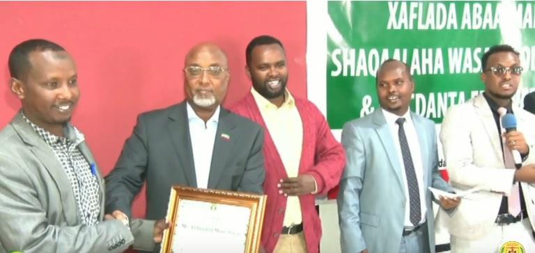 Wasiirka Wasaaradda Tamarta Iyo Macdanta Somaliland,  Jaamac Maxamuud Cigaal oo gudoonsiinaya shahaadooyin iyo Abaalmarino lacag ah qaar ka mid ah shaqaalaha, 18 Jan 2020. Araweelo News Network.