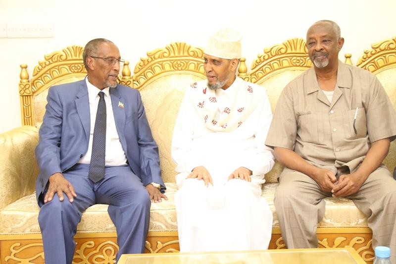 Madaxweynaha Somaliland Muuse Biixi iyo Wasiirka Arrimaha Guddaha Maxamed Kaahin oo hareeraha ka fadhiya Cumar Carte Qaalib Oct 25th, 2018, Image File Araweelo News Network.