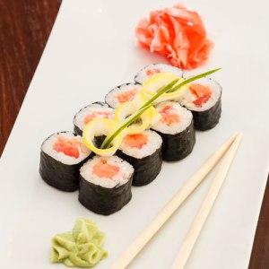 يجب على الحامل تجنب اكل السوشي الذي يحتوي على السمك النيئ