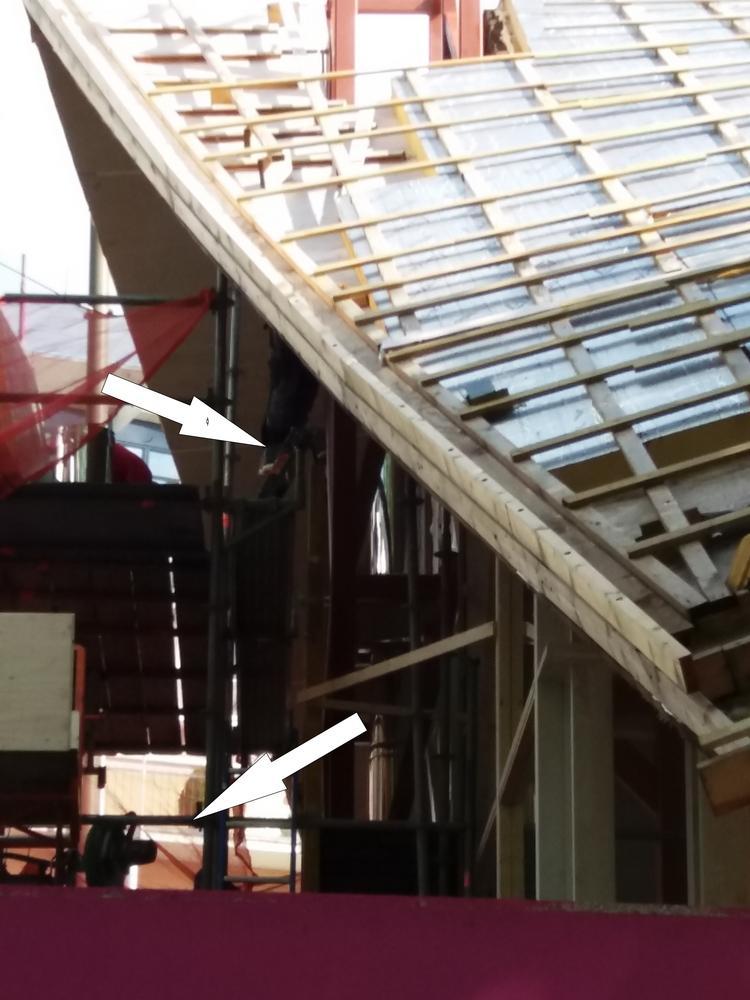bewegende steiger bouwvakkers