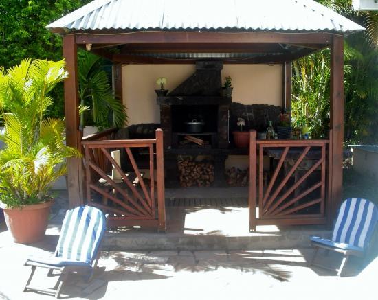 Sous Le Kiosque Le Barbecue De La Maison Pour Vos Grillades