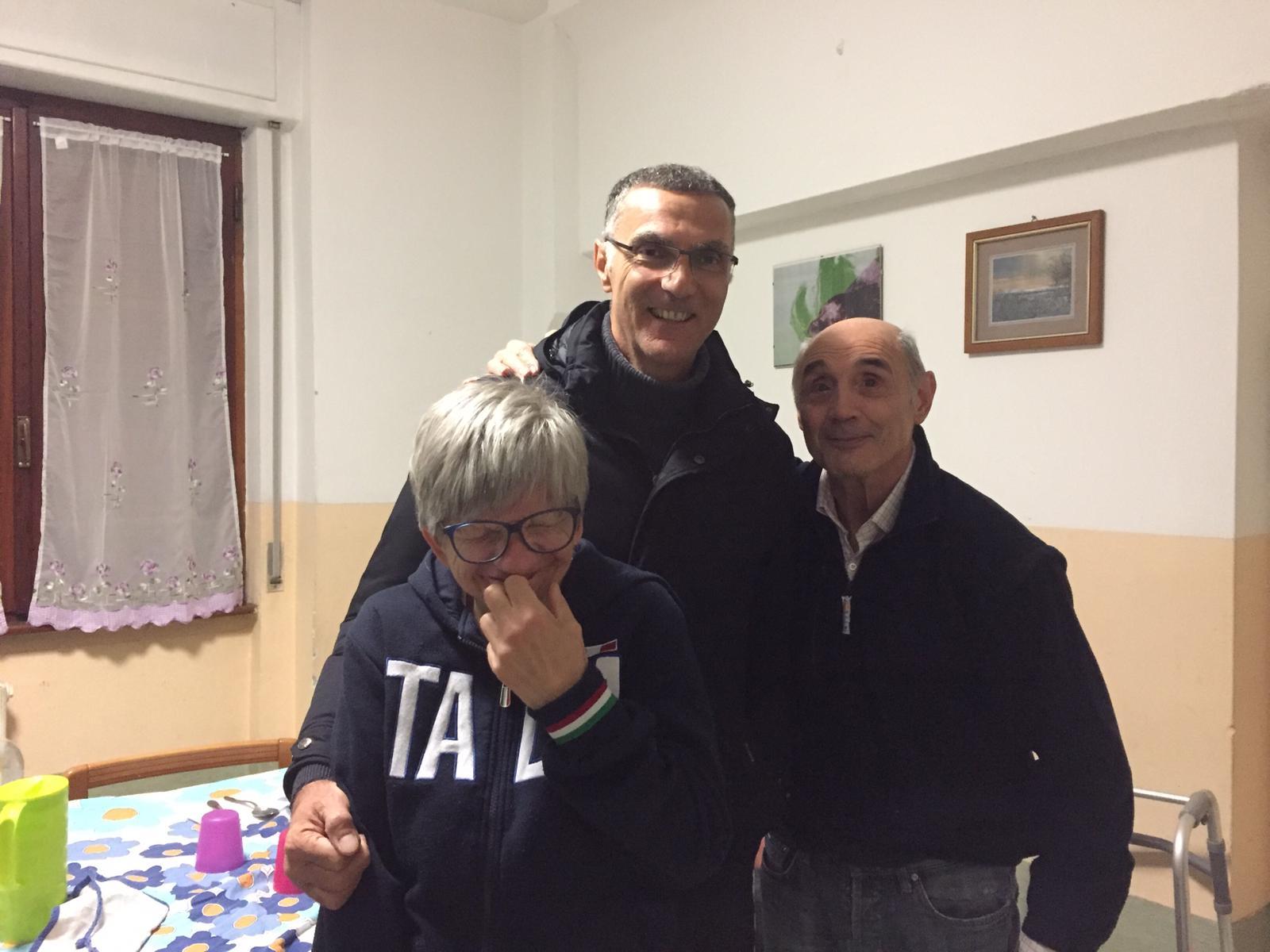 """Visita a sorpresa di Beppe Bergomi alla comunità alloggio """"Arcobaleno""""."""